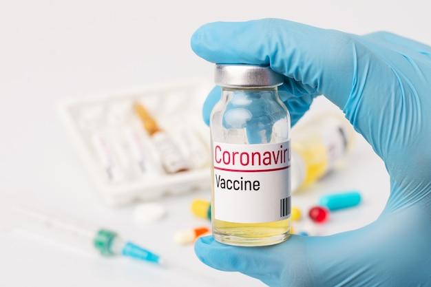 Travailleur médical détient bouteille avec inscription vaccin contre le coronavirus avant l'injection