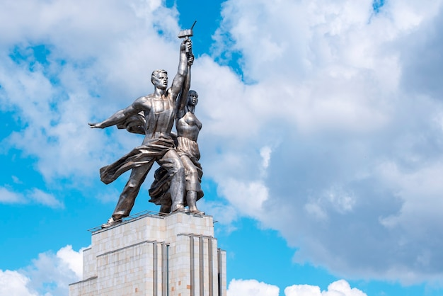 Travailleur de monument et femme kolkhozienne ou sculpture de rabochiy i kolkhoznitsa à moscou en russie.
