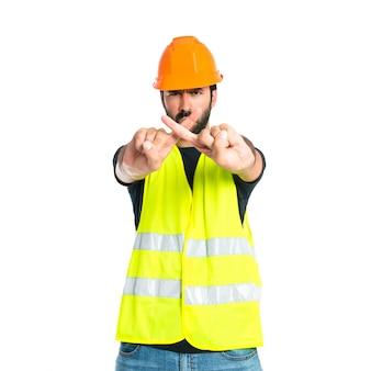 Travailleur ne faisant aucun geste sur fond blanc