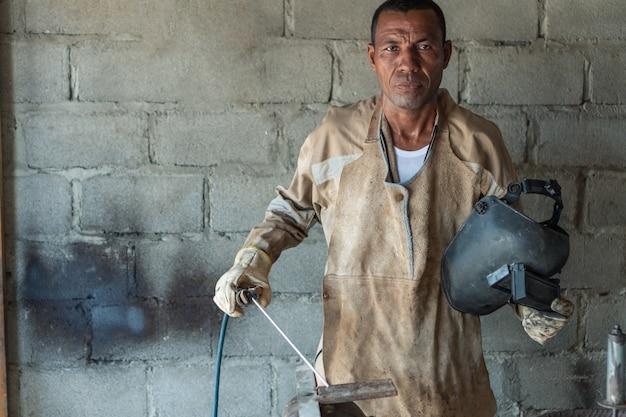 Travailleur noir debout en usine