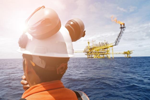 Travailleur sur la plate-forme offshore.