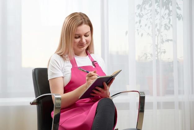 Travailleur de salon de beauté parler avec un client au téléphone prise de rendez-vous