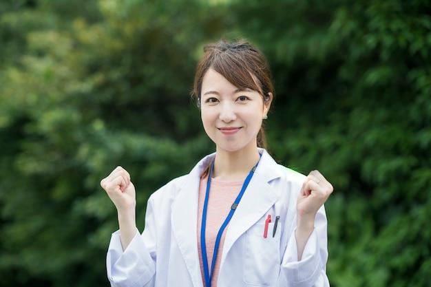 Travailleur de la santé des femmes asiatiques en blouse blanche