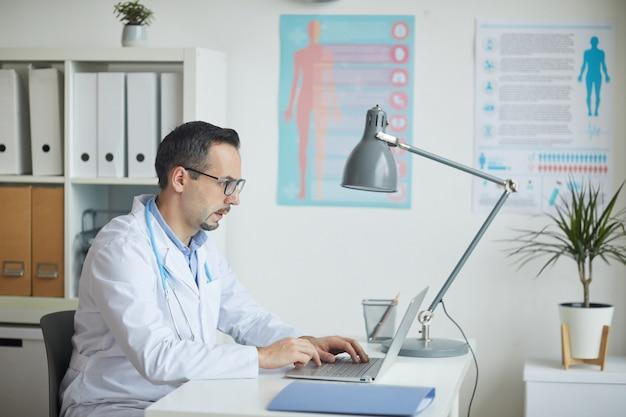 Travailleur de la santé travaillant au bureau