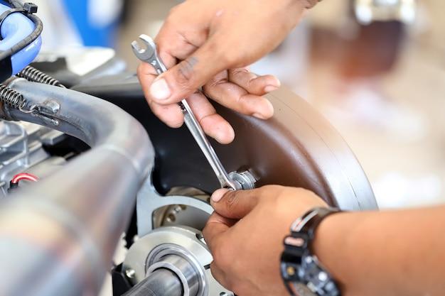 Le travailleur serrant ou desserrant un écrou de boulon.