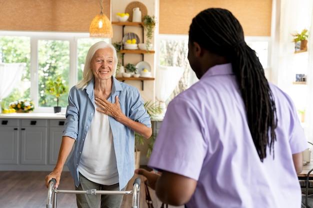 Travailleur social africain prenant soin d'une femme âgée