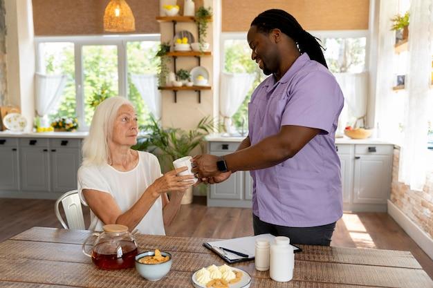 Travailleur social aidant une femme aînée