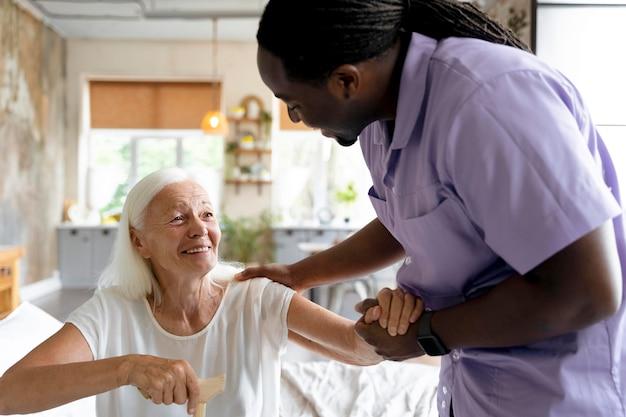 Travailleur social prenant soin d'une femme aînée
