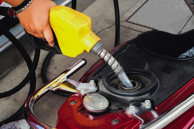 Travailleur à la station-service, faire le plein d'essence pour les clients.