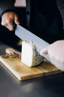 Travailleur trancher le fromage