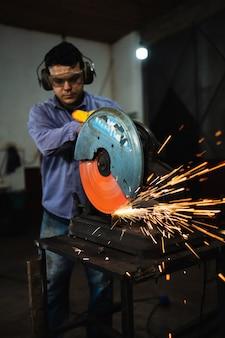 Un travailleur travaille dur avec le processus de soudage dans l'usine de production