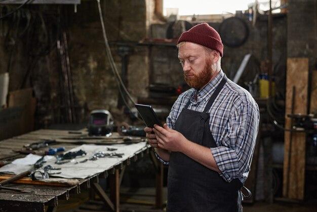 Travailleur utilisant un tablet pc dans son travail