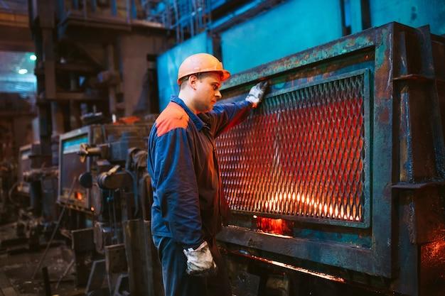 Travailleurs de l'aciérie.