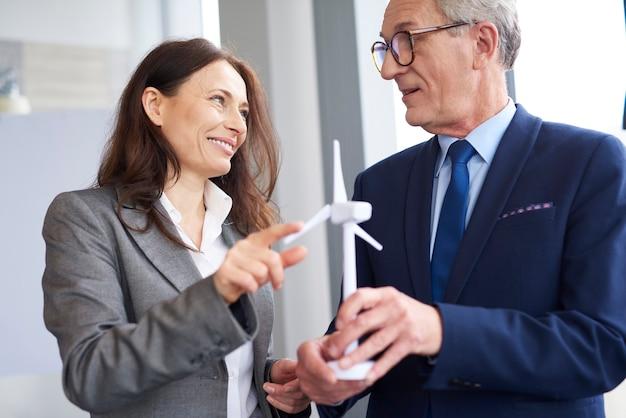 Travailleurs d'affaires ayant une conversation sur l'énergie éolienne