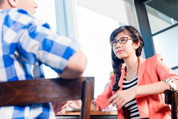Des travailleurs d'agences créatives font du brainstorming