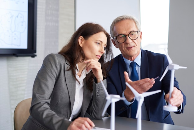Travailleurs commerciaux ayant des consultations sur la stratégie