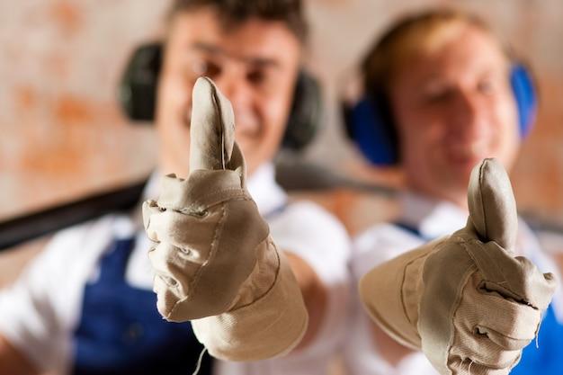 Les travailleurs de la construction amicaux avec des coups