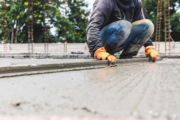 Travailleurs de la construction de l'industrie avec le béton de l'outil