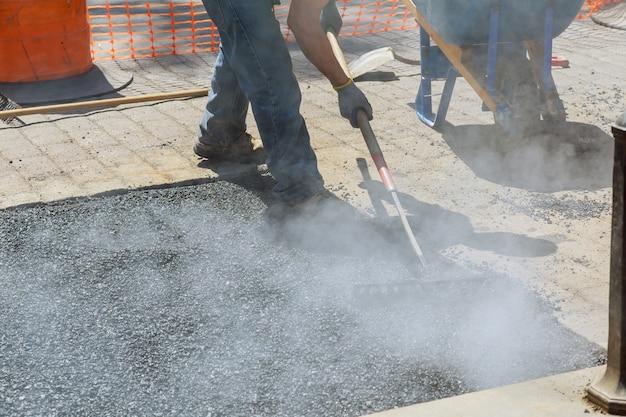 Travailleurs de la construction routière, de l'industrie et du travail d'équipe, nouvel asphalte