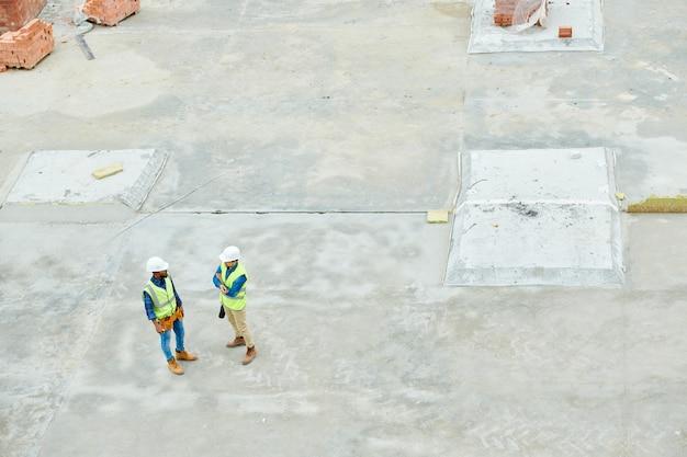 Travailleurs de la construction sur le site au-dessus de la vue
