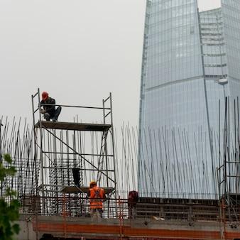 Travailleurs de la construction travaillant sur le chantier de construction, santiago, région métropolitaine de santiago, chili