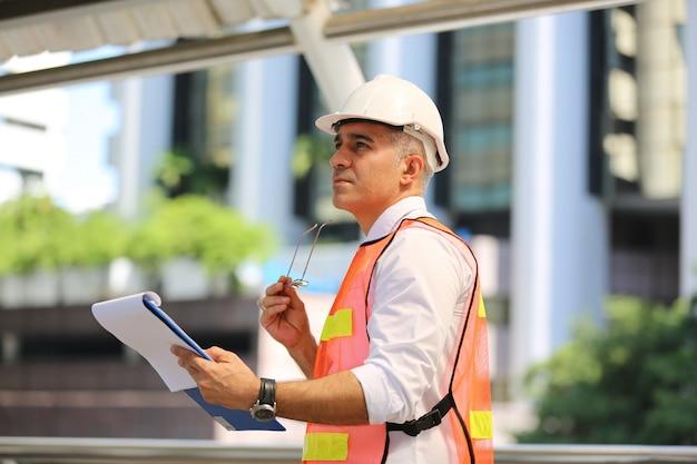 Travailleurs de la construction travaillant sur chantier