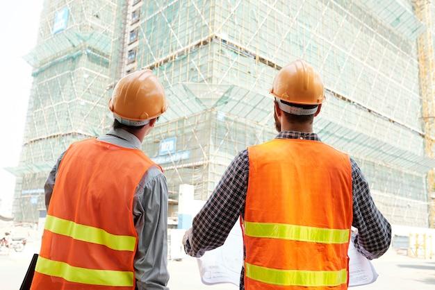 Travailleurs de la construction travaillant à l'extérieur