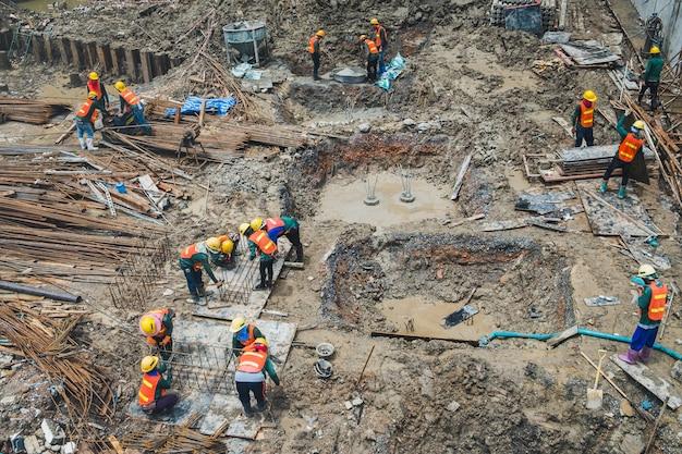 Les travailleurs de la construction travaillent dans la zone de construction de condominiums