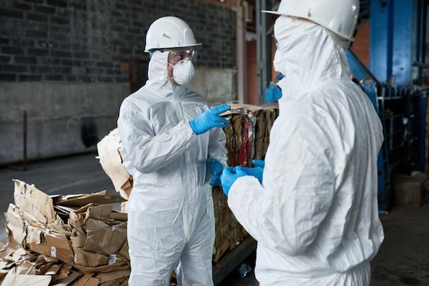 Travailleurs dans l'entrepôt de l'usine de recyclage