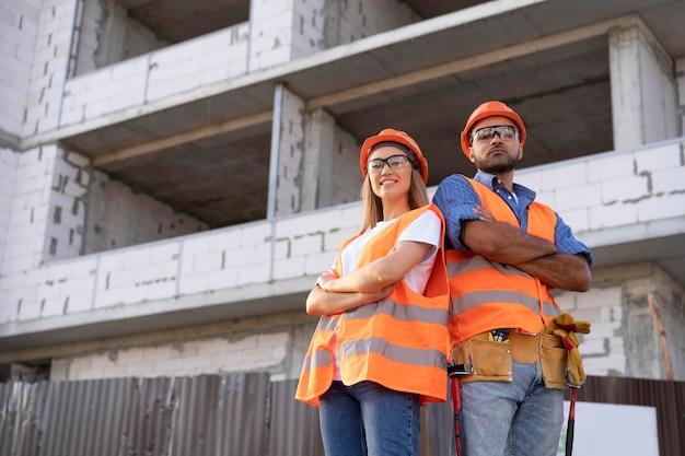 Travailleurs du bâtiment et de la construction sur le site