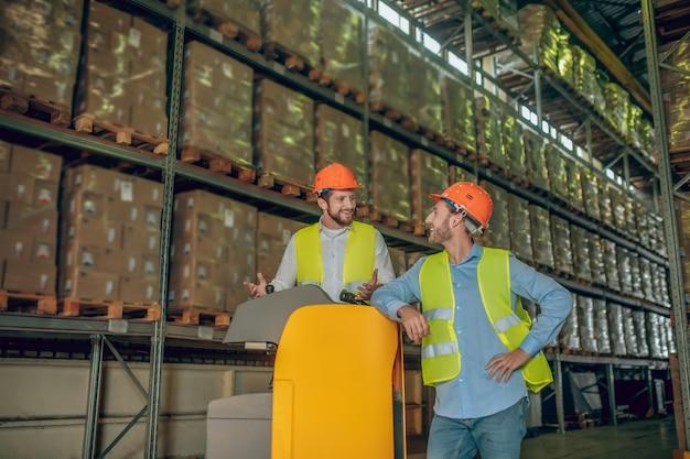 Travailleurs d'entrepôt avec casque