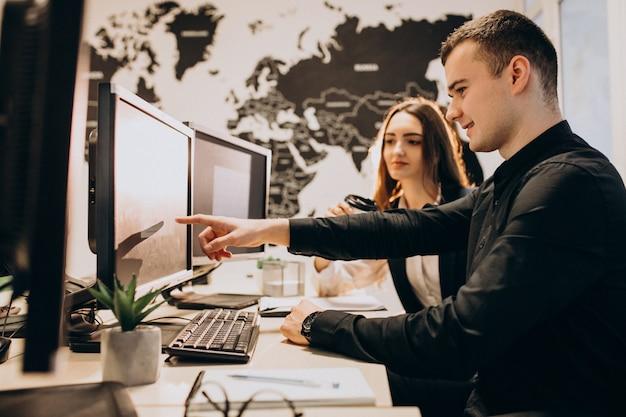 Les travailleurs d'une entreprise informatique travaillant sur un ordinateur