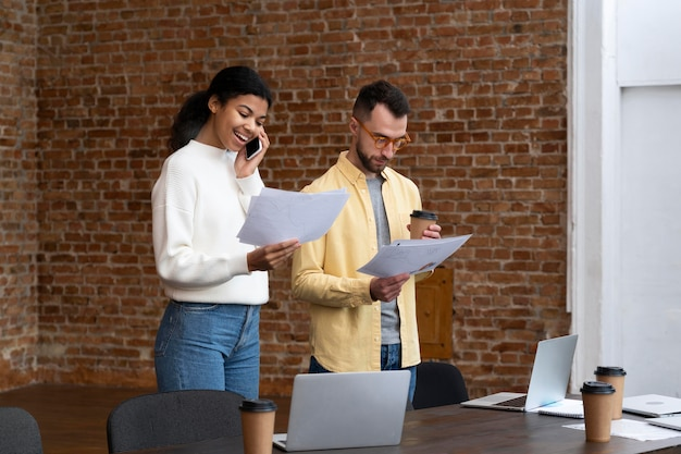 Les travailleurs de l'entreprise réfléchissent ensemble