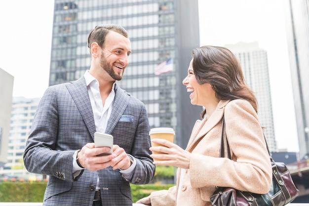 Travailleurs d'entreprises riant pendant une pause-café