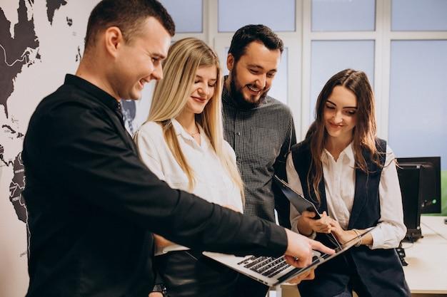 Travailleurs d'équipe d'entreprise dans une entreprise informatique