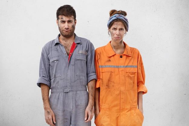 Travailleurs féminins et masculins portant des vêtements de travail
