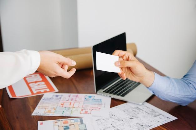 Travailleurs de l'immobilier avec carte de visite