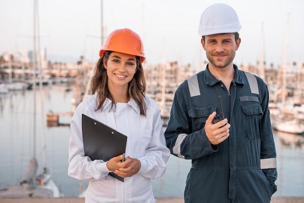 Travailleurs de la logistique positifs dans le port