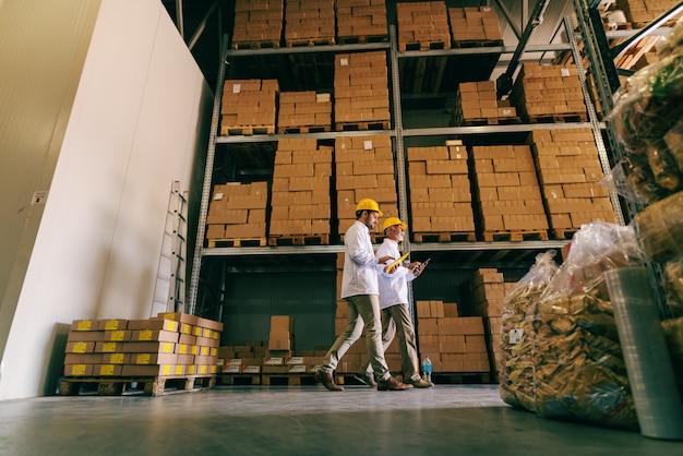 Travailleurs marchant dans l'entrepôt.