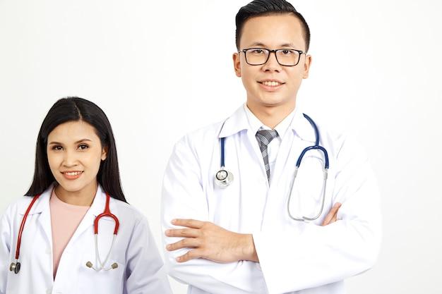 Travailleurs médicaux sur fond de mur