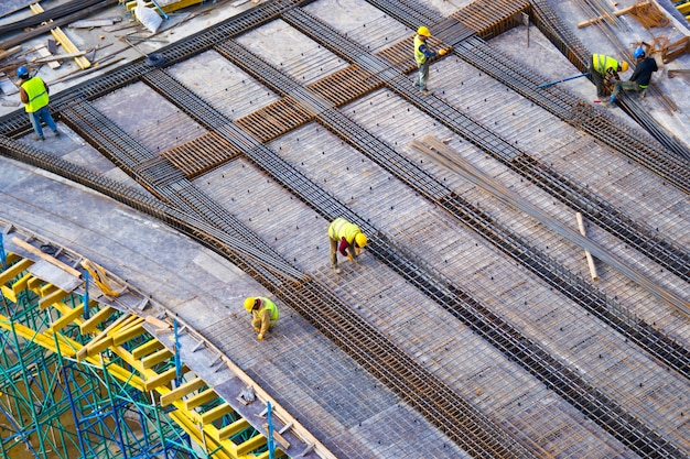 Les travailleurs mettent la structure métallique d'une construction