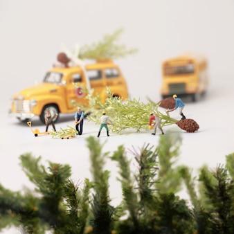 Travailleurs (miniature) préparant des cadeaux de noël. mise au point sélective et composition de faible profondeur de champ. fond de noël en couleur vintage.