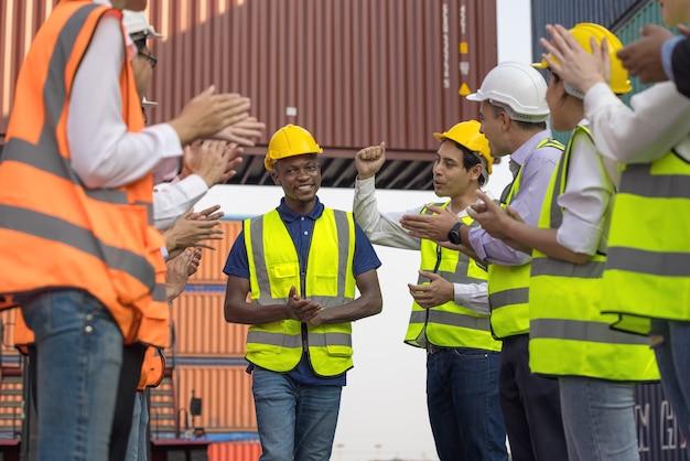 Les travailleurs noirs applaudissent après avoir terminé une réunion en plein air, un groupe de gens d'affaires de la diversité réussie