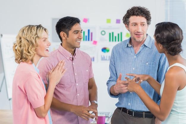 Travailleurs occasionnels communiquant et interagissant