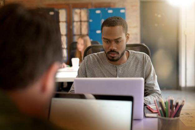 Travailleurs occupés à travailler dans des bureaux modernes