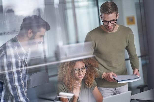 Travailleurs pensant développer le niveau de l'entreprise