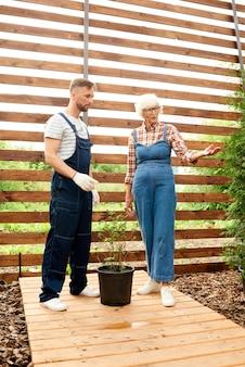 Travailleurs plantant des pots