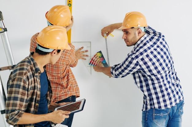 Travailleurs prenant des mesures
