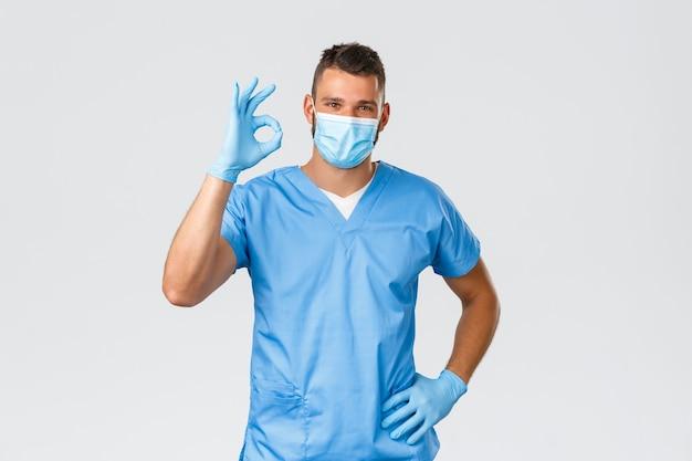 Travailleurs de la santé, covid-19, coronavirus et concept de prévention des virus. beau médecin professionnel, infirmier en gommage et masque médical, montre un signe d'accord, pas de problème, garantit la qualité du service