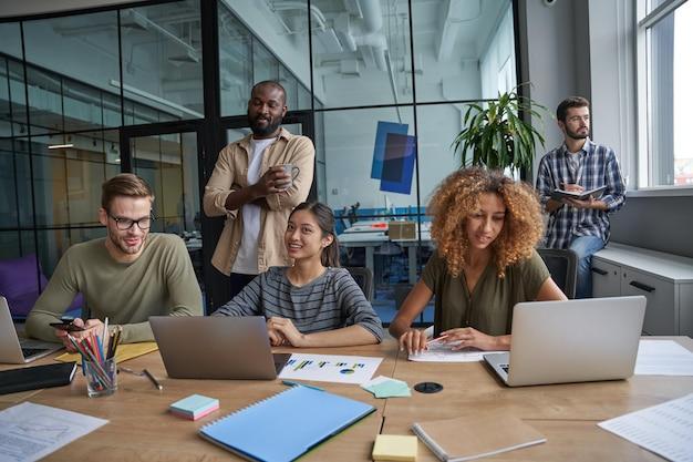 Travailleurs se préparant à une conversation avec des partenaires au bureau